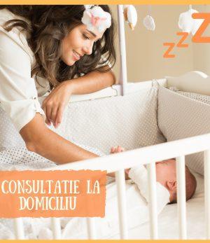 mamica ce sta deasupra patutului in care doarme bebelusul